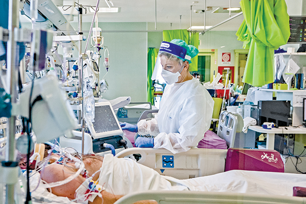 在疫情全球爆發滿一年之際,傳染性更強且更致命的病毒正在全球蔓延。圖為2 月11日意大利洛迪一家醫院的重症監護室。(Getty Images)