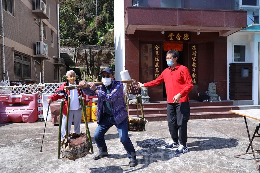 今年上洋村村民在家祠前分享圓籠茶粿,雖然少了醒獅、麒麟的助興,但多了一分人情味。(陳仲明/大紀元)