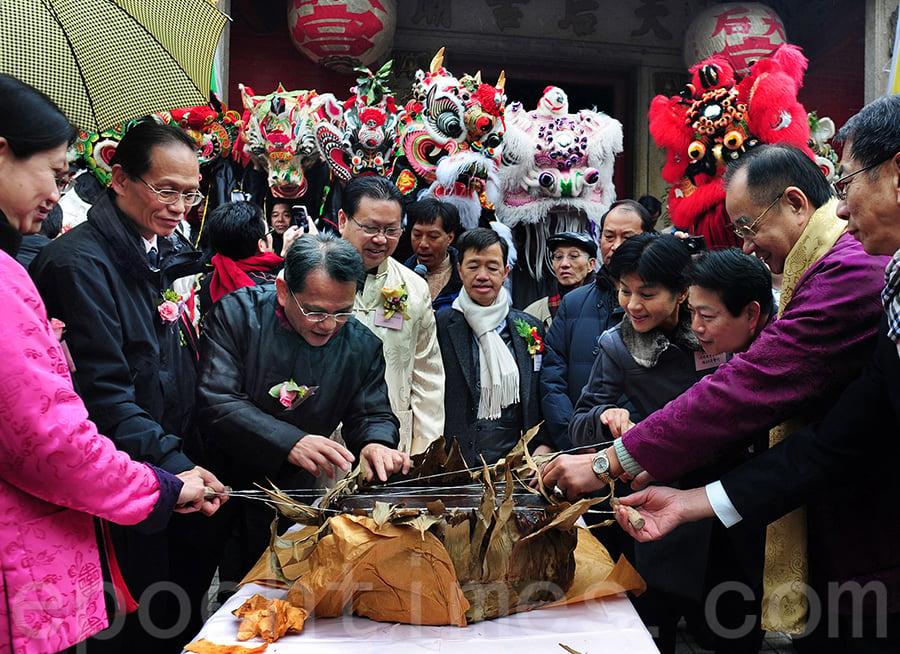 過去在一年一度的坑口麒麟醒獅新春團拜活動中,劉敏財村長都會帶來巨型的圓籠茶粿與眾人分享。(張浩林提供)