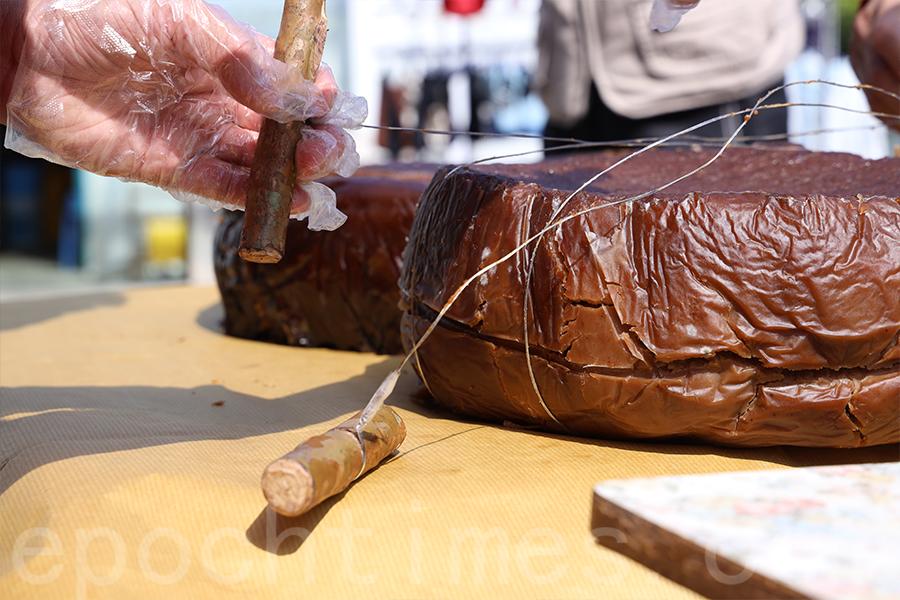 在鐵線兩頭綁上手柄,成為開圓籠茶粿的工具。(陳仲明/大紀元)