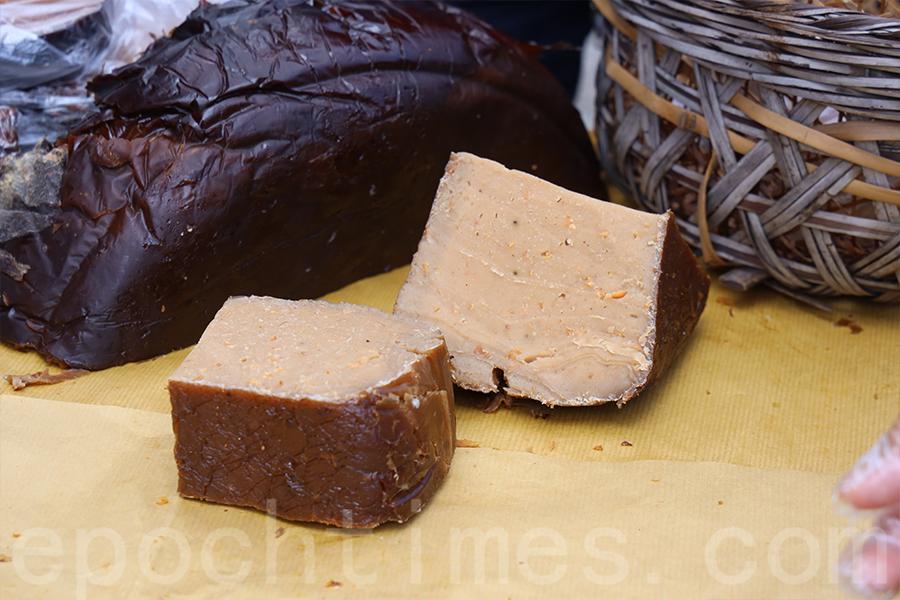 今年有特別製作的鹹圓籠茶粿,經典的五香粉口味是村民們幾十年前的回憶。(陳仲明/大紀元)