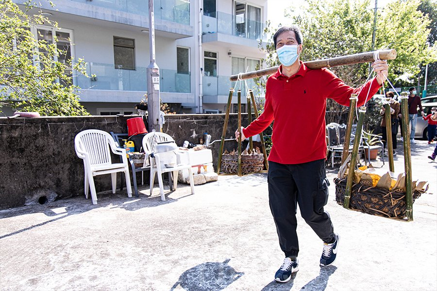 上洋村村長劉敏財製作好茶粿,帶到祠堂與眾人分享。(陳仲明/大紀元)