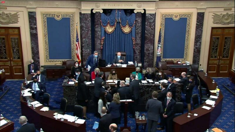 美國參議院2月13日對前總統特朗普(Donald Trump)第二次彈劾案進行了最後表決,一如外界預期,未達到通過彈劾需要的三分之二票數,宣告特朗普無罪。2月13日美國參議院彈劾案庭審現場。(congress.gov via Getty Images)