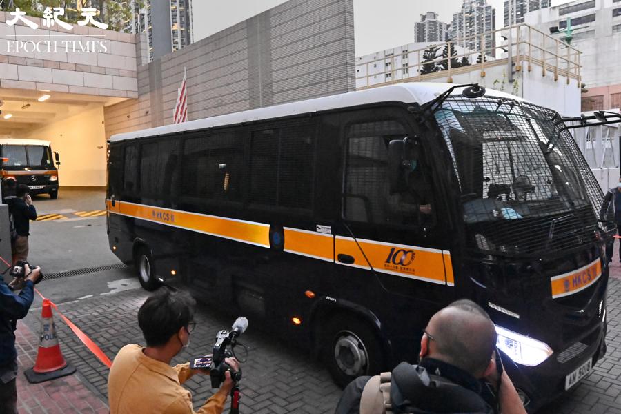 壹傳媒創辦人黎智英晚6時許乘囚車還押。(宋碧龍/大紀元)