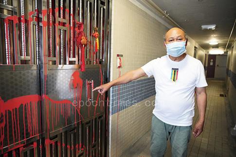 2月17日,一名長期在香港真相點講真相的法輪功學員,發現家門口被潑紅油,他隨即報警,並譴責中共暴力行為。(余鋼/大紀元)