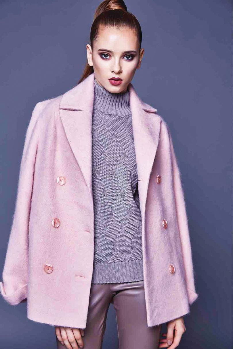 羊絨大衣的手感柔順細緻,在燈光下會有絲緞般的色澤。