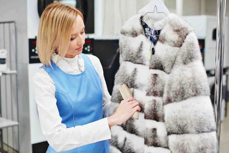 準備一支軟毛刷,順著皮草大衣的紋理由上而下輕刷。