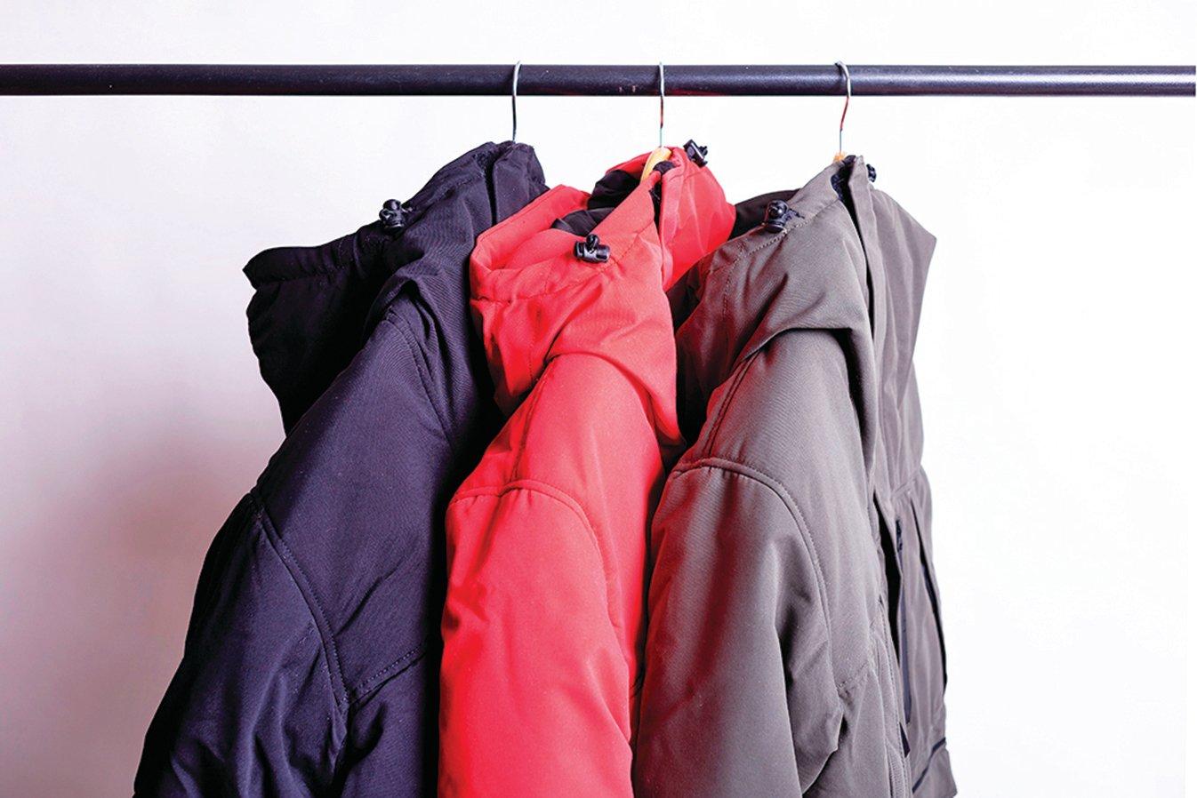 將大衣掛起來,保持蓬鬆。