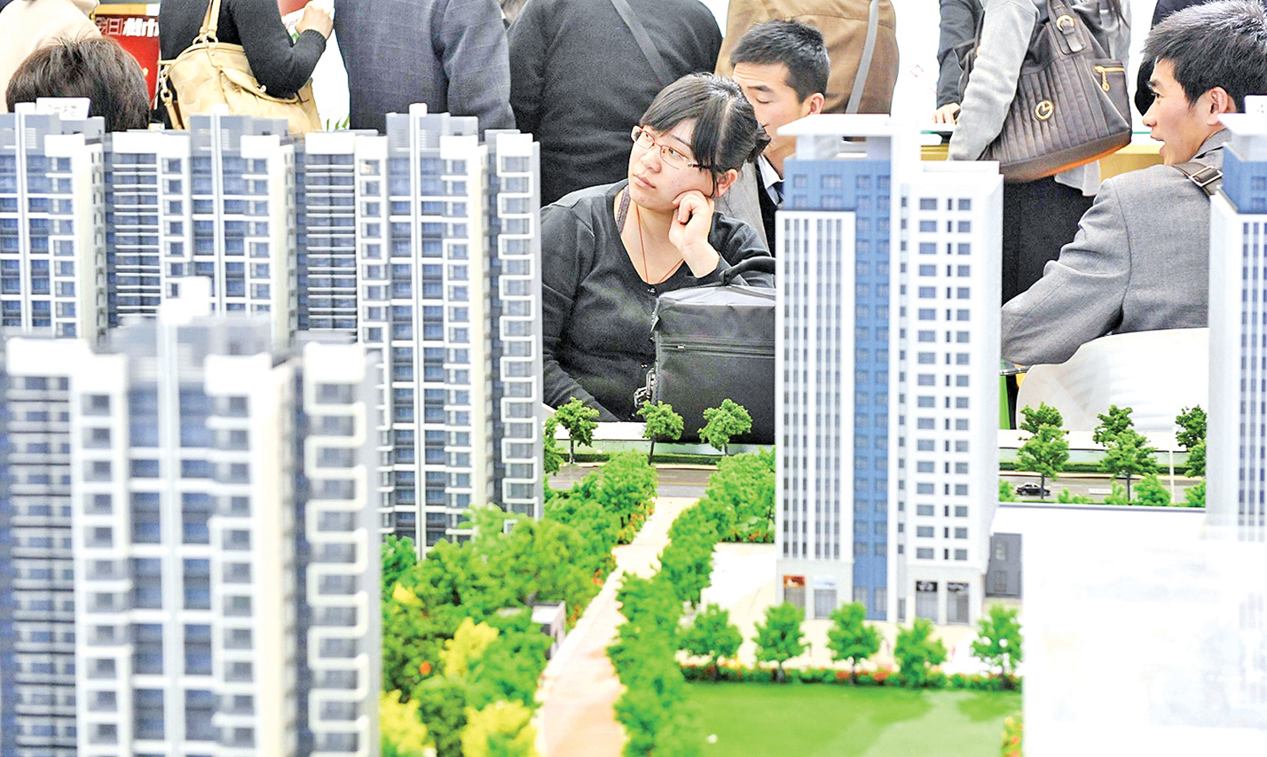 目前,中國的大部份生育人口,面對的最大的負擔是房價。他們在生活上的壓力,是少生或不生育的最直接原因。圖為2010年8月在北京舉行的房地產博覽會場。(Getty Images)