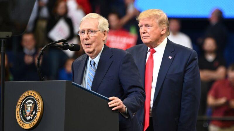 圖為2019年11月4日,時任美國總統特朗普(右)在肯塔基州為米奇‧麥康奈爾的競選參議員活動造勢。(MANDEL NGANAFP via Getty Images)