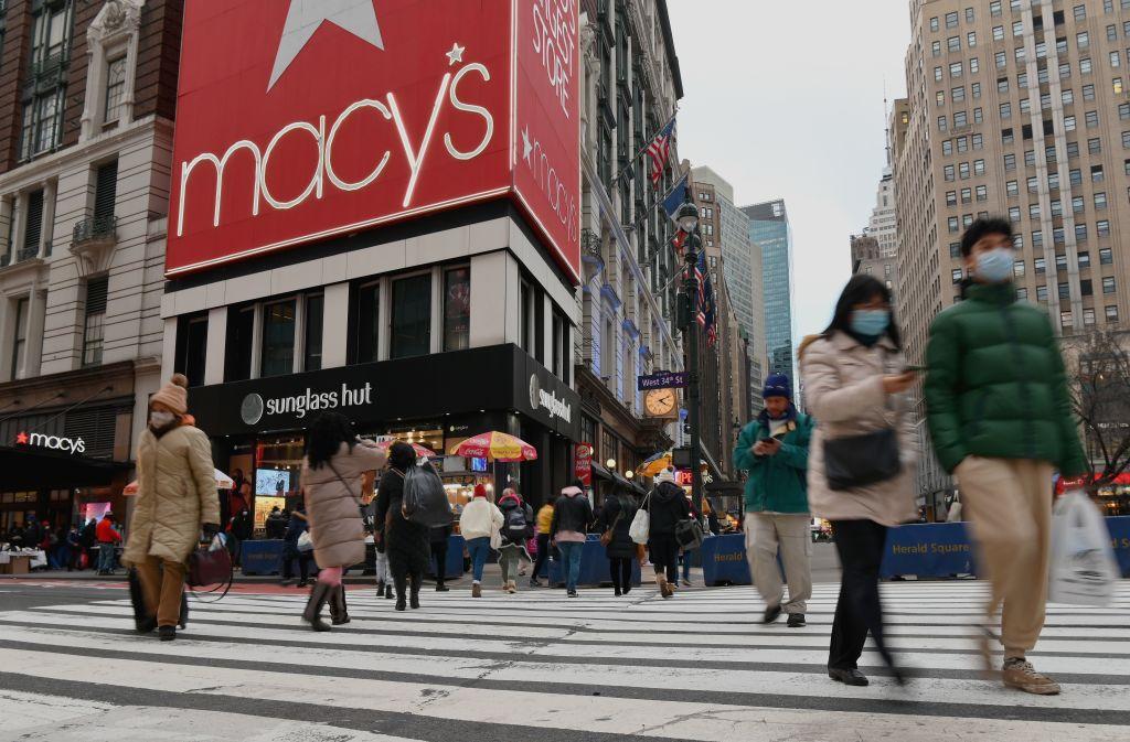 美國普查局昨天(2月17日)公佈1月零售銷售數字,按年升5.8%至5,098億美元。(ANGELA WEISS/AFP via Getty Images)