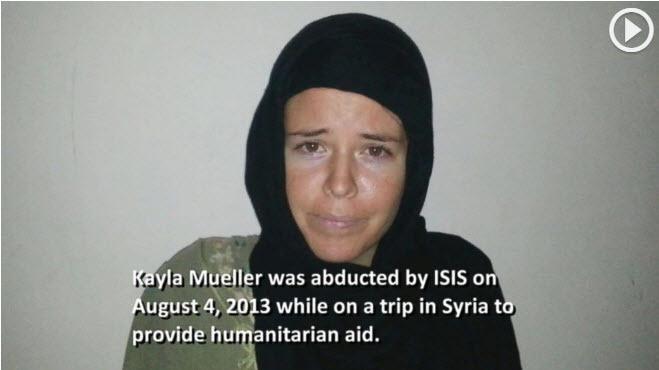 2013年8月4日,在敘利亞阿勒頗附近被IS綁架的美國女孩穆勒(Kayla Mueller)被囚時的唯一視像在她被殺一年半後曝光。(視像擷圖)