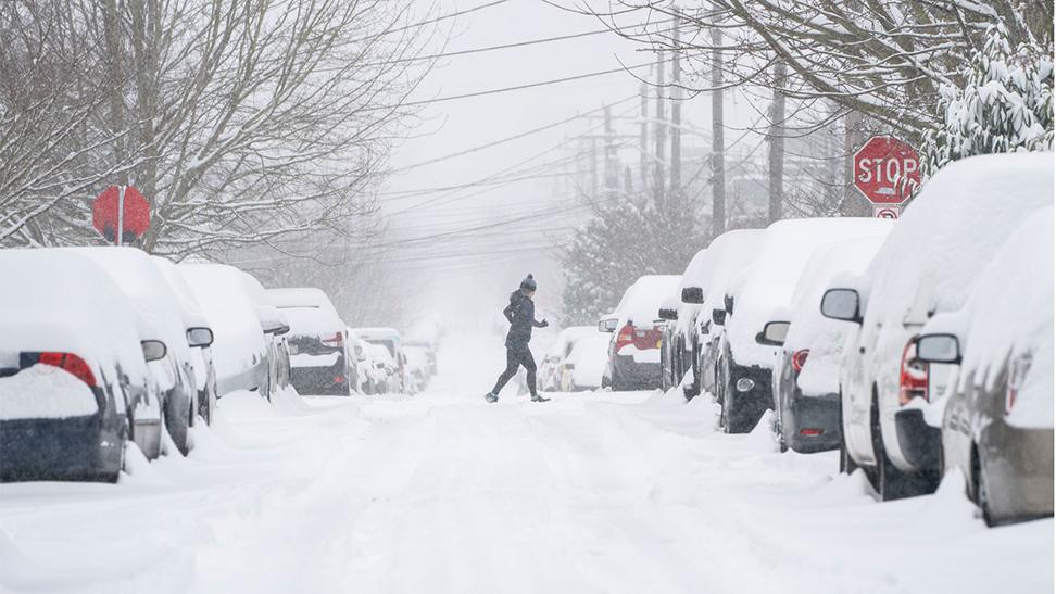 2月13日,美國華盛頓州西雅圖下了一場大雪,行人慢慢穿過積雪覆蓋的街道。(Getty Images)