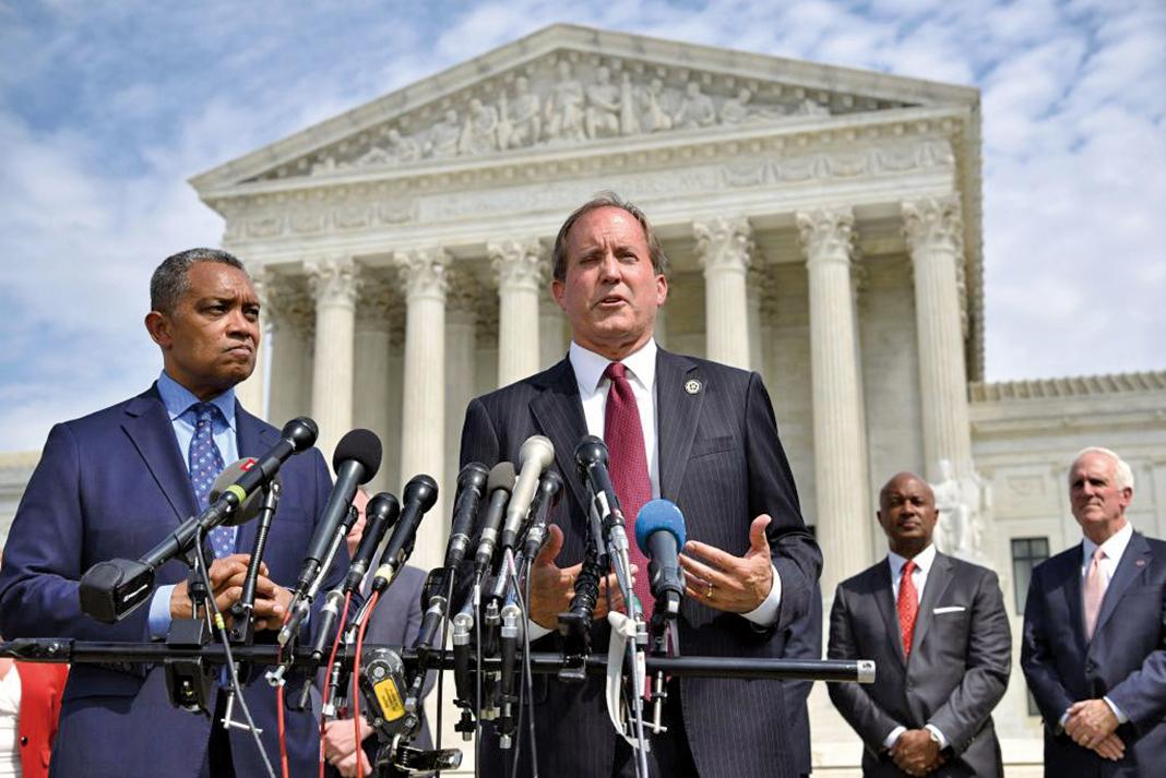 圖為德薩斯州總檢察長帕克斯頓(Ken Paxton,圖中說話者)。(AFP)