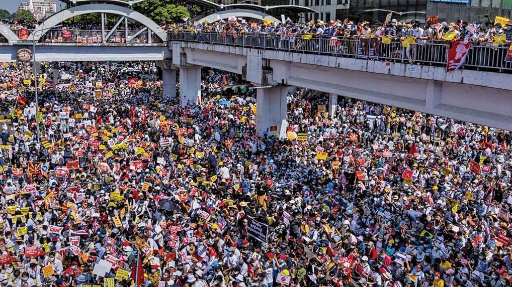 2021年2月17日,緬甸民眾在仰光市中心的廣場高呼口號,抗議軍方發動政變。(Getty Images)