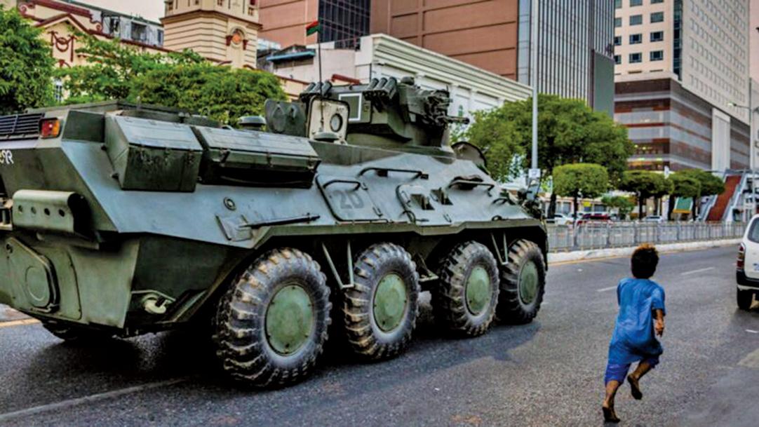 2月14日,仰光街頭有裝甲車駛過。(Hkun Lat/Getty Images)
