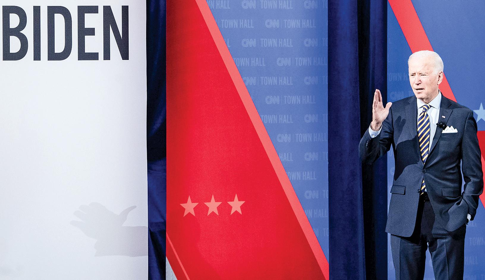 外界越來越擔憂在對華政策上,拜登可能會太軟弱。前國務卿蓬佩奧指拜登星期二在CNN 市民大會上的發言是在呼應「中共的宣傳」,而川普則直指拜登說法「太荒謬」了。(AFP)