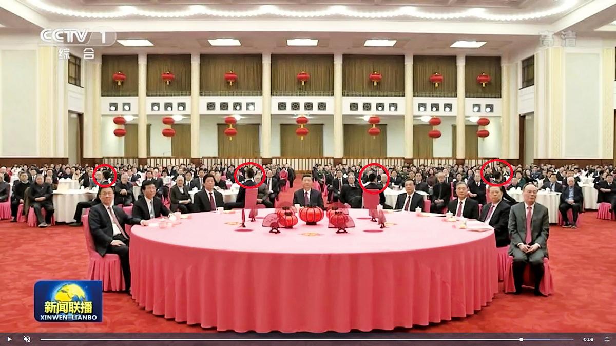 2月10日的團拜會上,多名年輕男子坐在習近平等高層的四周。(影片截圖)