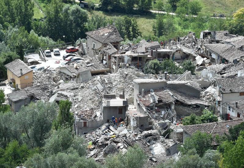意大利中部24日發生黎克特制6.2級強震,導致多座古城小鎮嚴重受損。圖為意大利阿斯科利皮切諾小鎮震災後的空拍圖。(Giuseppe Bellini/Getty Images)
