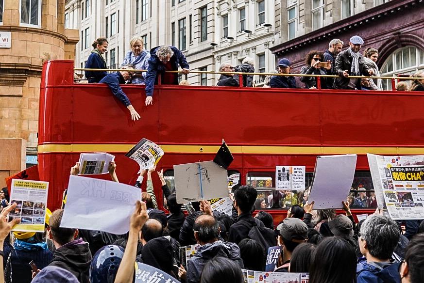 英中關係惡化,英國最新民調指出有41%的受訪者把中國(共)視為嚴重威脅。圖攝於「反送中」期間,在英港人聲援香港抗爭。(晏寧/大紀元)