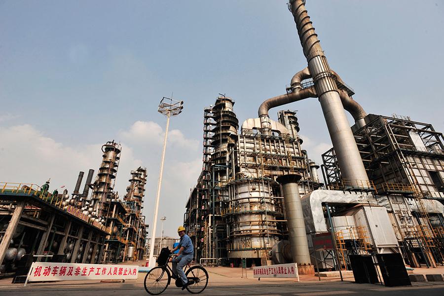 中國掙扎求生的石油行業已經進入一個嚴峻的新階段:國內生產長期下滑。(STR/AFP/Getty Images)