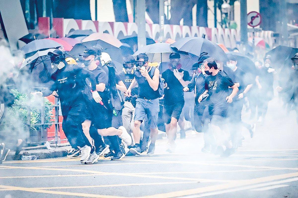 2019年10月1日,香港多地舉行遊行集會。圖為在香港灣仔莊士頓道,警察釋放催淚彈鎮壓抗爭者。(劉卿/大紀元)
