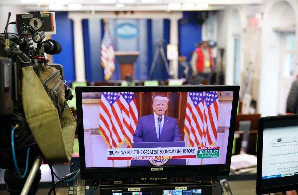 美國新聞媒體「Newsmax」發言人通過電子郵件告訴英文《大紀元時報》,該公司被告知,2月17日對特朗普的採訪已被從YouTube上刪除,指它違反了YouTube的社區準則。圖攝於1月19日特朗普在白官進行視頻製作。(MANDEL NGAN/AFP via Getty Images)