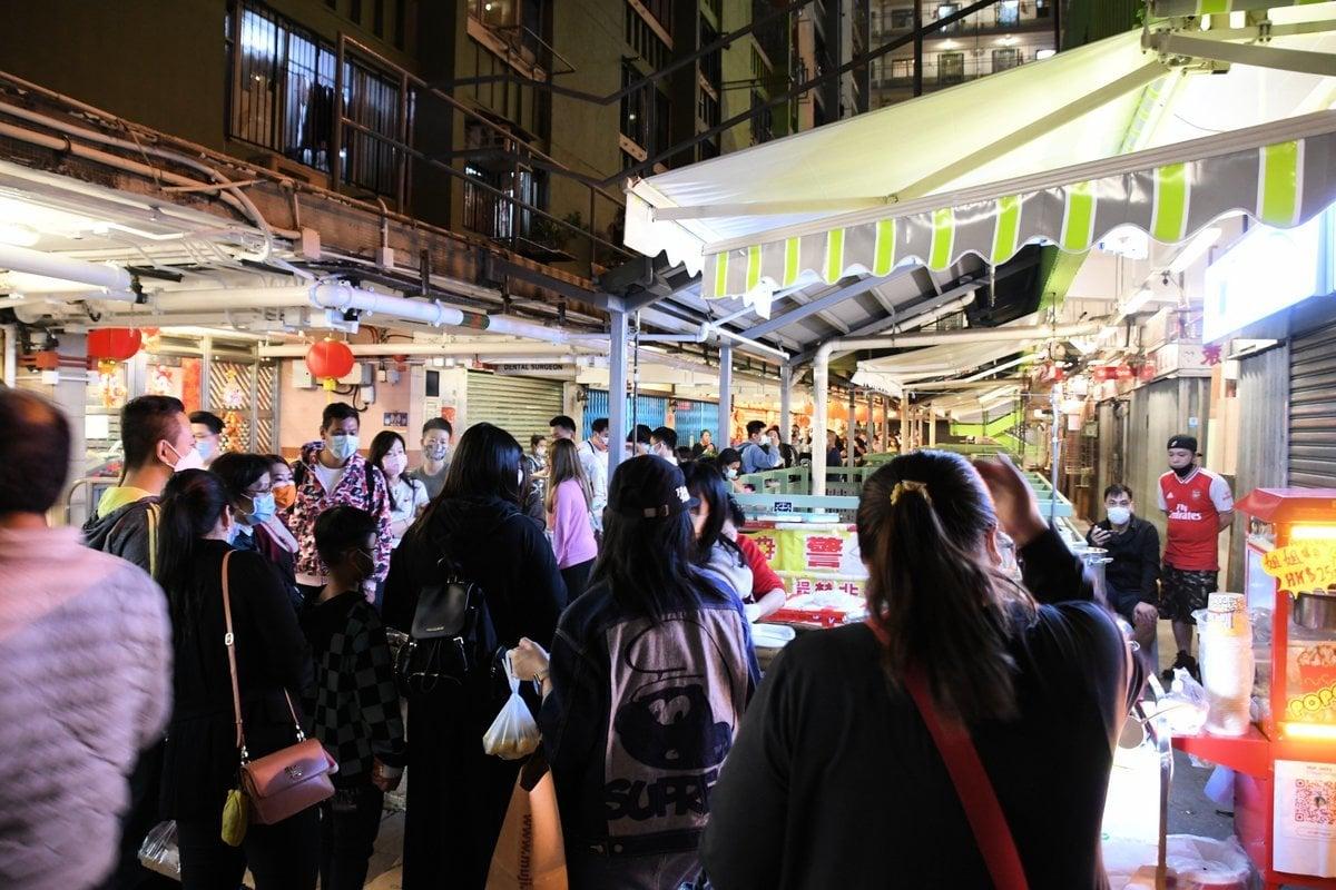 石硤尾南山邨內,有一個香港本土的農曆新年夜市。(作者提供)