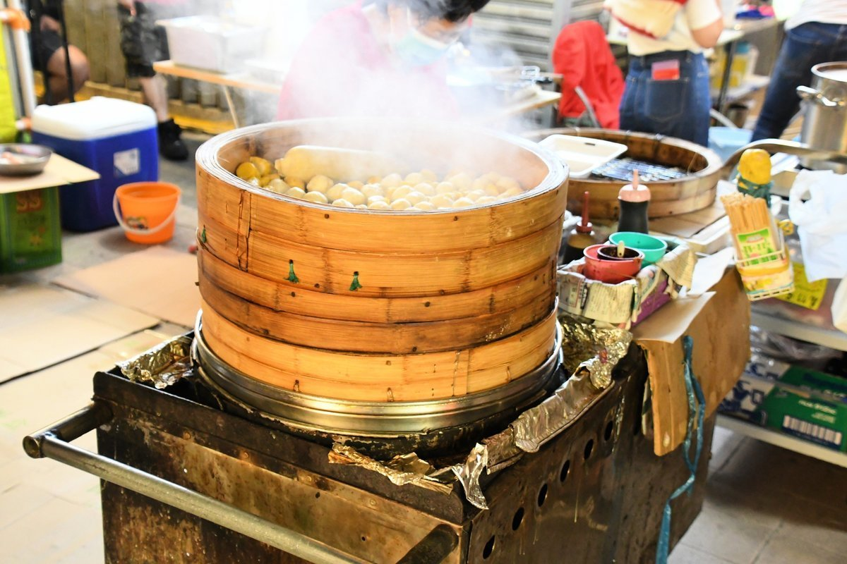 走進南山邨,發現很多車仔檔,全部是由小時候到今天大部分香港人會津津樂道的本土小食。(作者提供)