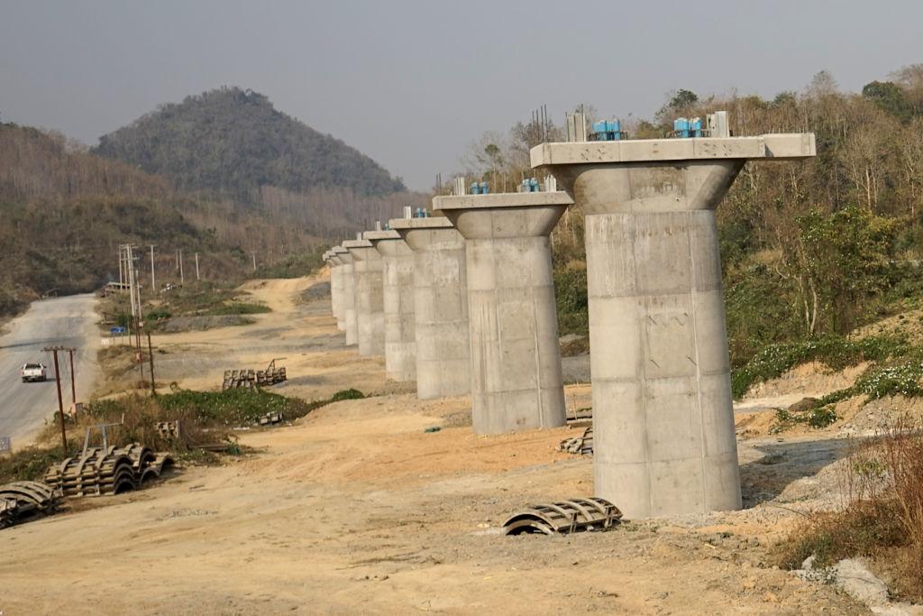 專家警告,中共近年來在老撾大力發展「一帶一路」項目,恐使老撾掉入「債務陷阱」,進而受制於北京。圖為施工中的中老鐵路。(AIDAN JONES/AFP via Getty Images)