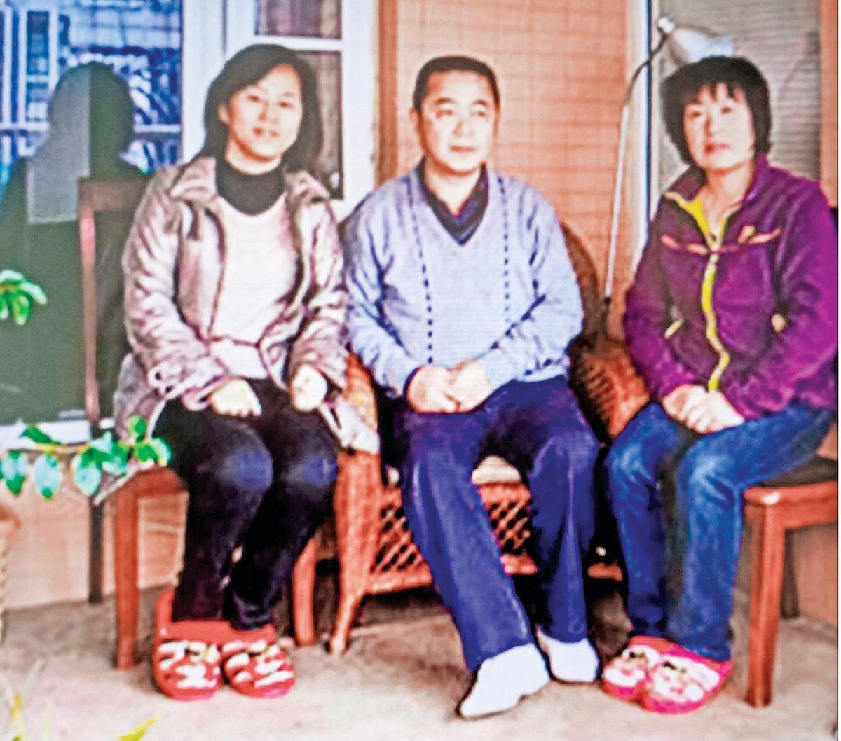 「六四天網」創辦人黃琦和天網義工、公民記者於2013年合影(左一王晶,中間黃琦,右一張繼新)。(受訪者提供)