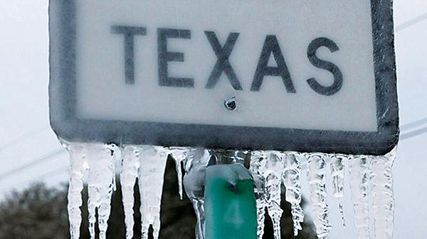 2月18日,德薩斯州基林195號國道標誌上掛滿了冰柱。(Joe Raedle/Getty Images)