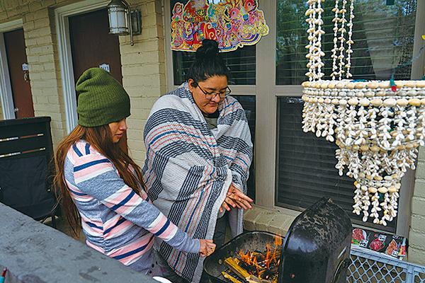 2月16日,德薩斯州侯斯頓居民因斷電無暖氣,只好燒木材取暖。(Go Nakamura/Getty Images)