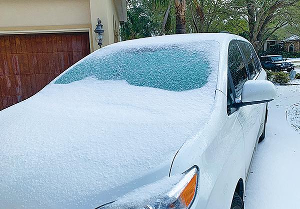 2月15日,一場冬季暴風雪襲擊德薩斯州,汽車都被雪覆蓋了。(大紀元)