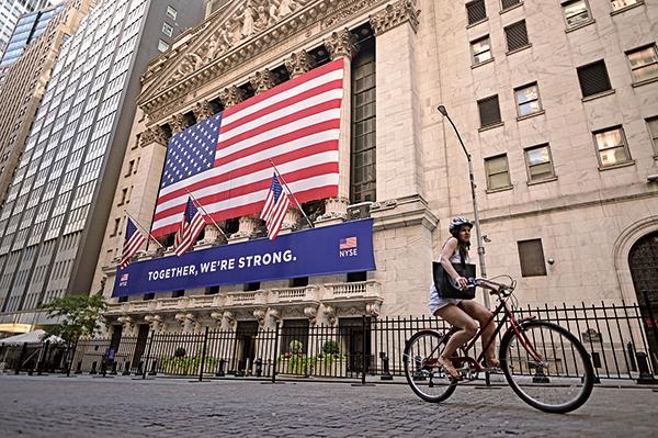 2020年7月13日,紐約市華爾街上紐約證券交易所(NYSE。(JOHANNES EISELE/AFP via Getty Images)