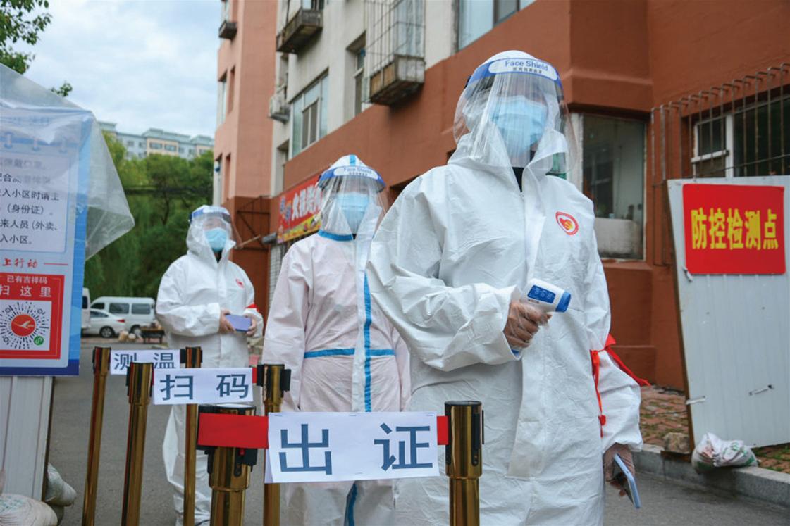 圖為,2020年5月25日,穿著防護服的衛服人員,在中國東北吉林省吉林市的一個居民區外的檢查點。(Getty Images)