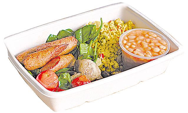 純素早餐有素香腸、烤薯仔、煎香菇、炒豆腐、番茄和菠菜。
