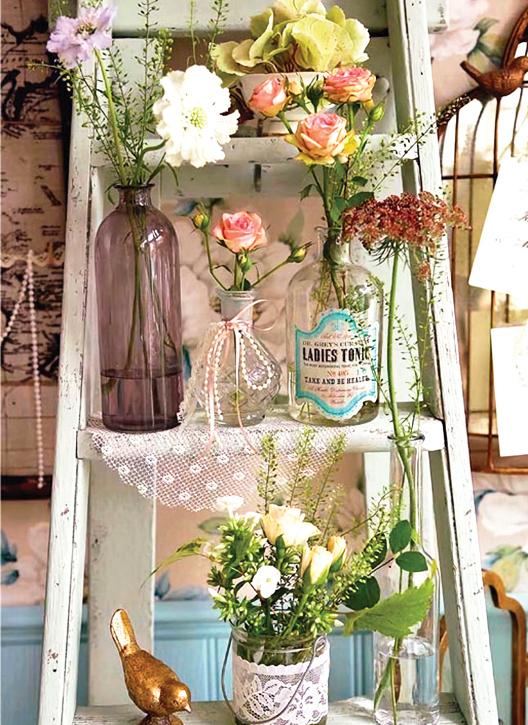 在花草之間運用小鳥裝飾品進行妝點,令花架的裝飾性更高。