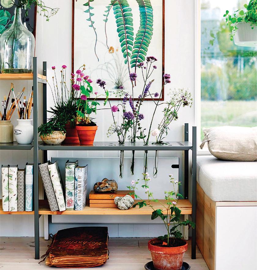 綠色植栽和裝飾物之間的搭配疏密有致。
