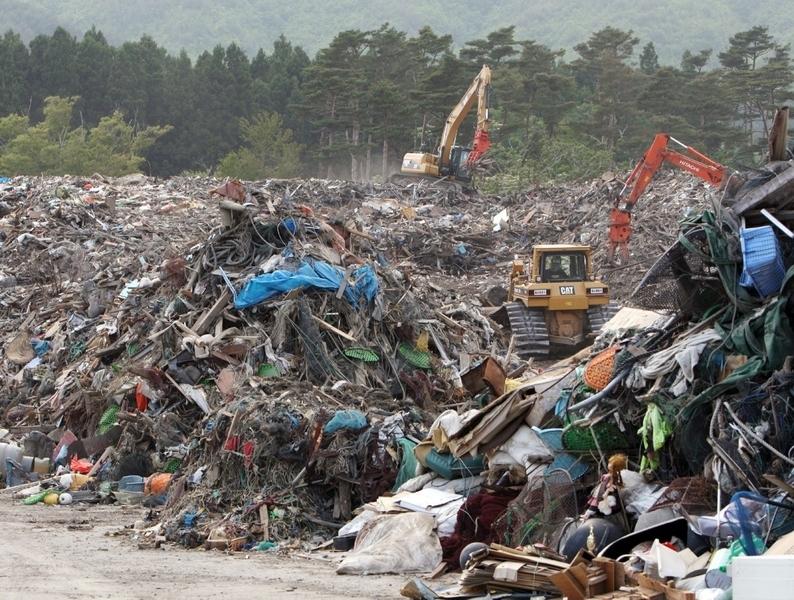 日本2011年3月11日發生9級地震,造成大海嘯。在災情嚴重區留下大片殘骸。(JIJI PRESS/AFP/Getty Images)