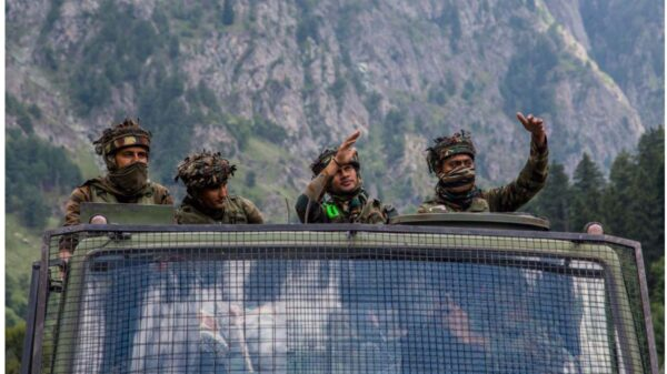 中印邊境2020年6月發生流血衝突,造成至少20名印軍死亡。中共方面如今才承認有4名官兵死亡,其真實性引發許多議論。圖為2020年9月2日印度陸軍車隊攜帶補給品,在中印接壤的高速公路上行駛。(Yawar Nazir/Getty Images)