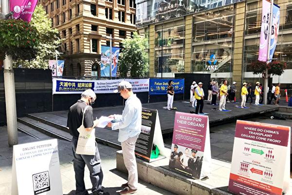 在悉尼馬丁廣場,了解真相的民眾簽名支持法輪功。(明慧網)