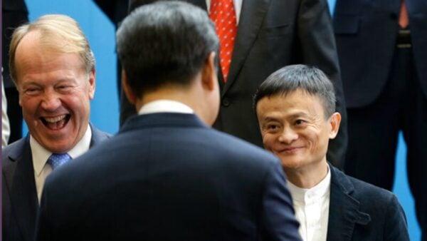 圖為2015年9月23日,在華盛頓州雷德蒙市,微軟總裁和馬雲(右)迎接習近平。( Ted S. Warren-Pool/Getty Images)
