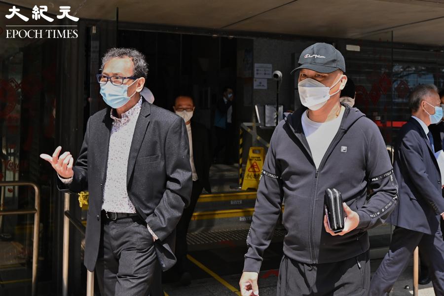 721元朗襲擊案,首宗控告白衣人的案件於今日(22日)在區域法院開審。圖為被告鄧懷琛(左)及吳偉南(右)。(宋碧龍/大紀元)