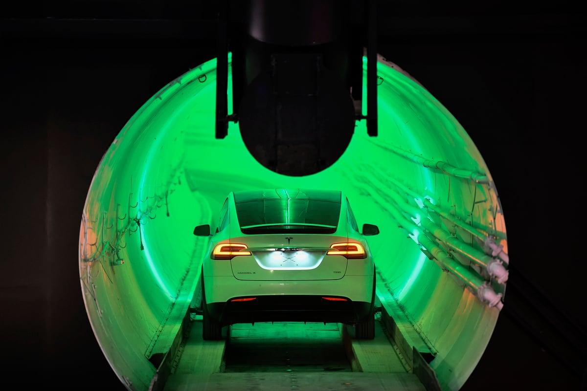 圖為2018年12月18日,在美國加利福尼亞州洛杉磯南部的霍桑,一輛經過改進的特斯拉Model X駛入隧道入口,隨後是無聊公司霍桑測試隧道的揭幕活動。(ROBYN BECK/AFP via Getty Images)