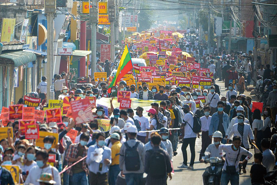 2021年2月22日,抗議者聚集在仰光參加反對軍事政變的示威活動。(Getty Images)