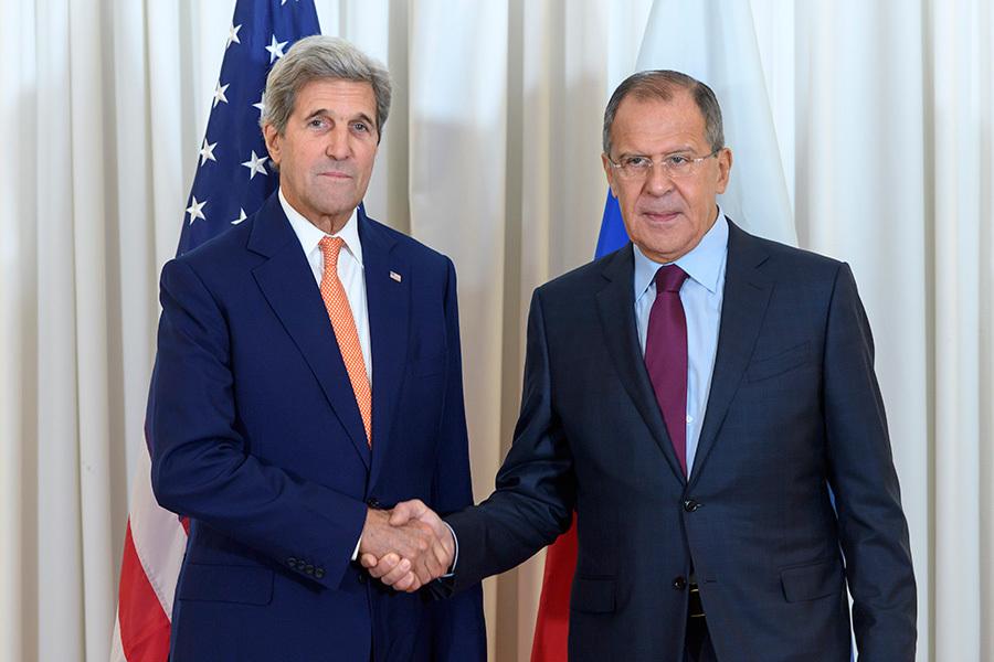 美國國務卿克里(左)與俄羅斯外交部長拉夫羅夫(右)26日在日內瓦舉行會談。(MARTIAL TREZZINI/AFP/Getty Images)