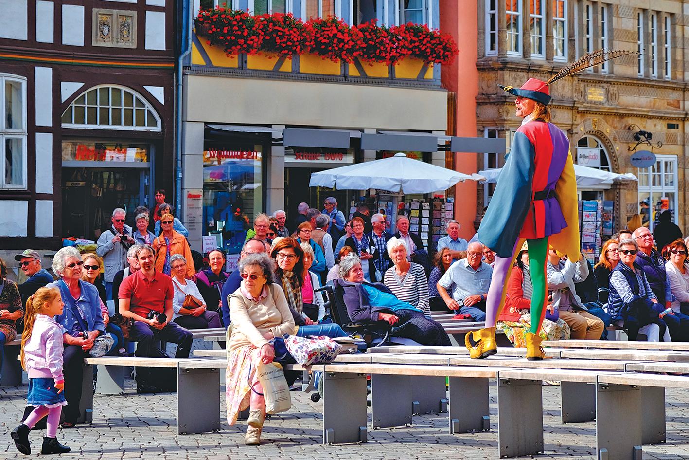 遊客觀看每周日的露天劇。