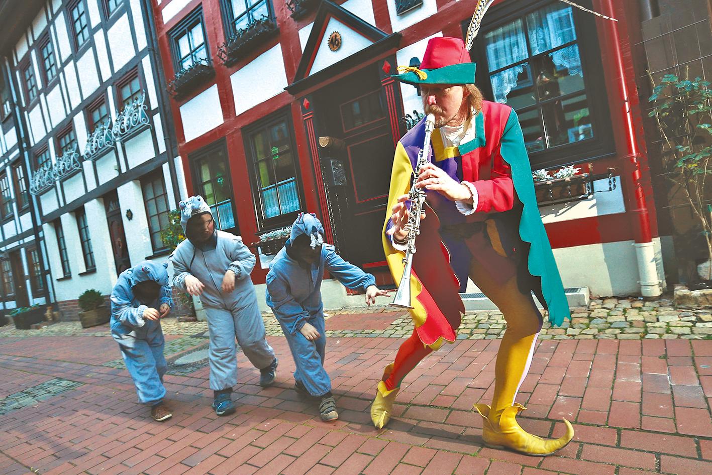街頭表演《綵衣魔笛手》。