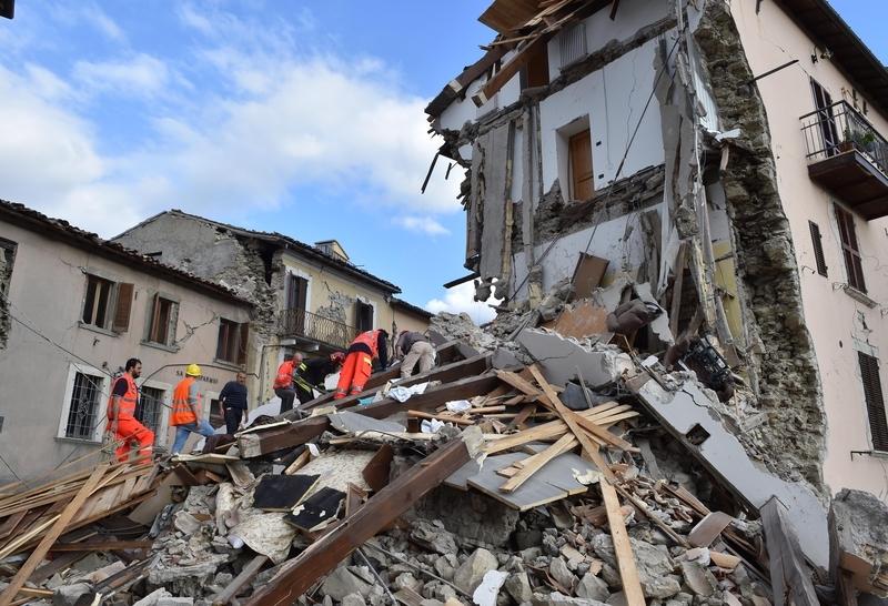 意大利中部24日發生黎克特制6.2級強震,造成嚴重災情。圖為意大利阿夸塔特隆托,許多建物在強震中倒塌。(STR/AFP/Getty Images)